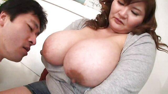 a Kira e a Julie partilham um vídeo de pornô nacional grande botão leitoso.
