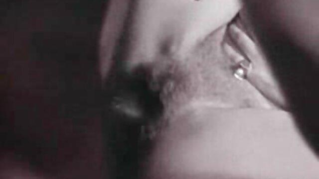 A miúda bronzeada mastiga a pila com buffers e chupa-o até ela vir-se videos nacionais sexo na boca.